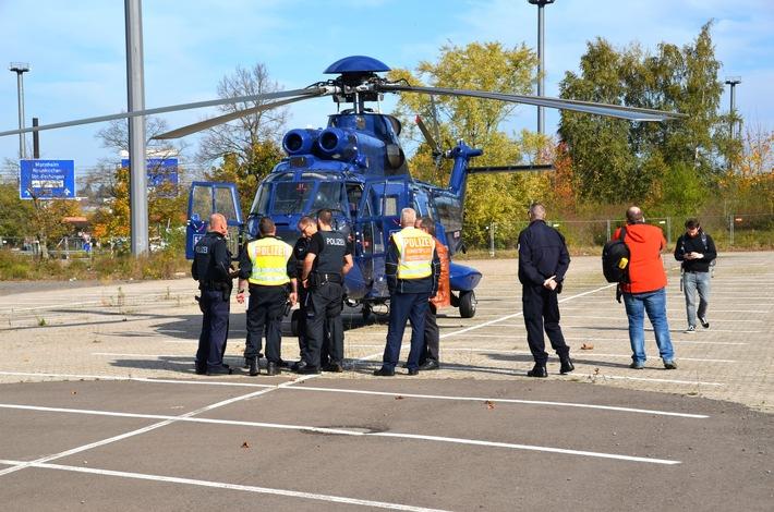 Der Hubschrauber der Bundespolizei vom Modell Super Puma transportierte die mobilen akontrolltrupps schnell zu möglichen Ausweichstrecken, um Verdrängungseffekte aufzufangen.
