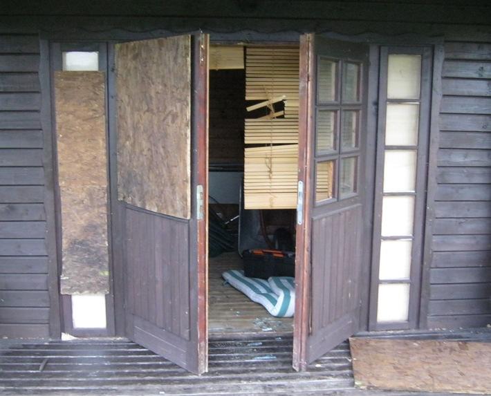 Unbekannte brachen sieben Holzhütten auf dem Campingplatz an der Weser in Holtrup auf.