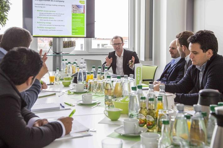 """Marc Uhlig, Manager für internationale Märkte bei e2m, erläutert, wie mithilfe des Virtuellen Kraftwerks dezentrale Anlagen in den Energiemarkt eingebunden werden können. Weiterer Text über ots und www.presseportal.de/nr/104174 / Die Verwendung dieses Bildes ist für redaktionelle Zwecke honorarfrei. Veröffentlichung bitte unter Quellenangabe: """"obs/Energy2market GmbH/e2m (sw fotografie)"""""""