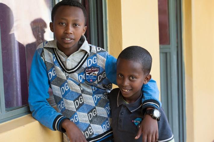 """Yohannes und sein Bruder Nebeyu im Abebech Gobena Waisenheim von Menschen für Menschen in Addis Abeba. Weiterer Text über ots und www.presseportal.ch/de/nr/100007199 / Die Verwendung dieses Bildes ist für redaktionelle Zwecke honorarfrei. Veröffentlichung bitte unter Quellenangabe: """"obs/UliReinhardt/MenschenfürMenschen"""""""
