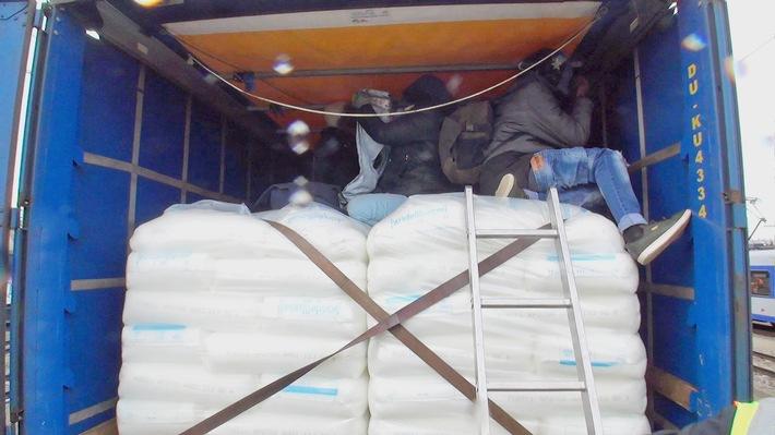 Die Bundespolizei hat bei Güterzugkontrollen am Rosenheimer Bahnhof 14 Migranten gefunden. Die Afrikaner waren durch aufgeschlitzte Planen der transportierten Lkw-Auflieger auf die Ladeflächen gelangt. (Foto: Bundespolizei)