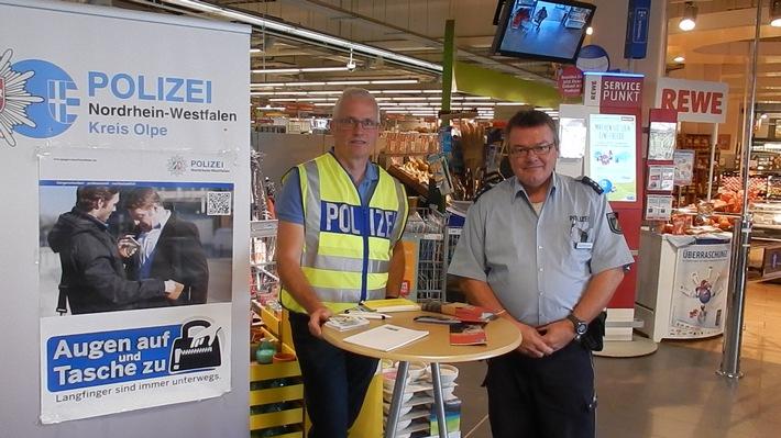 Bild: KHK Michael Klein (links) mit PHK Henning Brombach bei einem Infostand zum Thema Taschendiebstahl in einem Olper Warenhaus im Jahr 2016