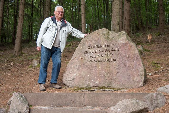 """Reinhold Hammerschmidt am Gedenkstein, der zur Erinnerung an das Unglück """"Auf dem Saal"""" aufgestellt wurde.  Foto: Karsten Grobbel"""
