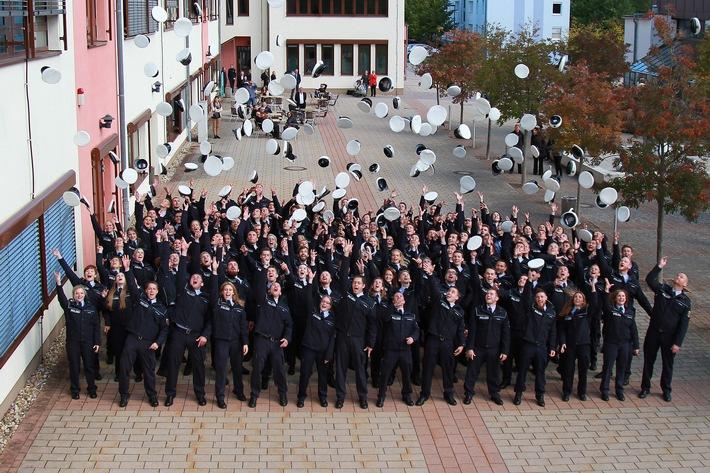 Endlich geschafft. 134 junge Menschen beenden ihr Studium an der Hochschule der Polizei am Campus Hahn.