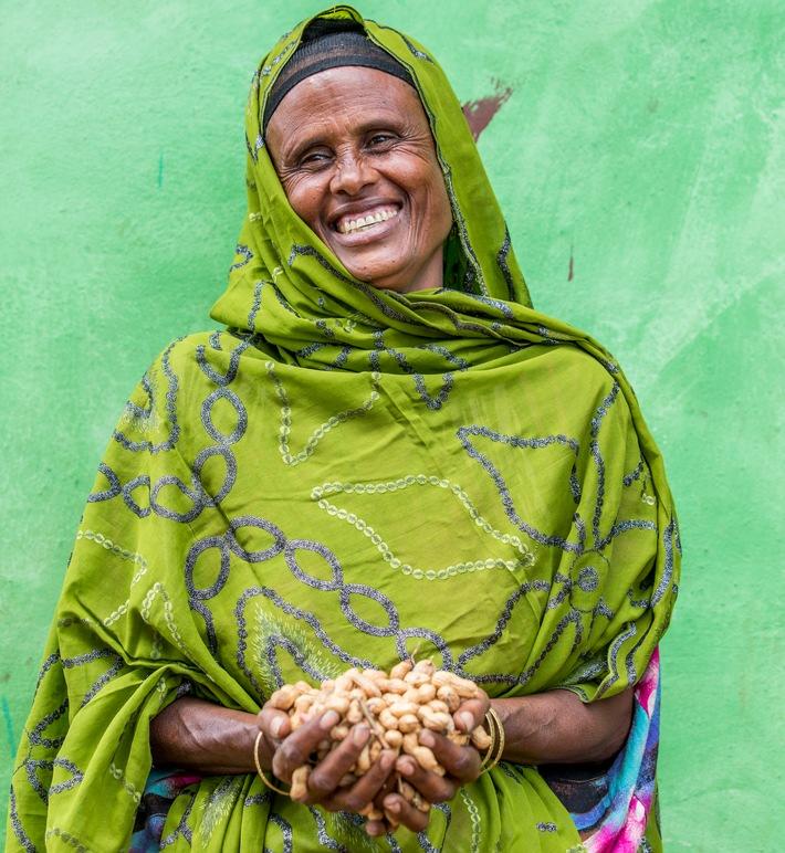 """Hawa Abdi (42) freut sich über ihre geernteten Erdnüsse. Wie Kleinkredite Frauen in Äthiopien helfen, mit dem Anbau von Erdnüssen selbständig zu werden. Weiterer Text über ots und www.presseportal.de/nr/17459 / Die Verwendung dieses Bildes ist für redaktionelle Zwecke honorarfrei. Veröffentlichung bitte unter Quellenangabe: """"obs/Die Stiftung Menschen für Menschen/Uta Gleiser, MenschenfürMenschen"""""""