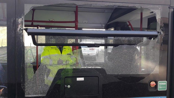 Herunterfallende Dachziegeln schlugen in Schellweiler in einer Seitenscheibe eines vorbeifahrenden Busses ein. Verletzt wurde zum Glück niemand.