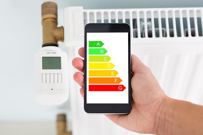 Um energieeffizient zu heizen, achten Sie beim Kauf von Wärmepumpen und anderen Heizgeräten auf die Energieverbrauchskennzeichnung. Quelle: AndreyPopov/Essentials Collection/Getty Images