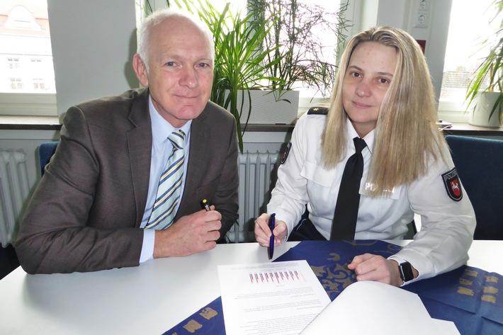 Kriminaldirektor Ralf Leopold (Inspektionsleiter) und Polizeirätin Maren Jäschke (Leiterin Einsatz) stellen die Verkehrsunfallstatistik 2017 für die Polizeiinspektion Hameln-Pyrmont/Holzminden vor.