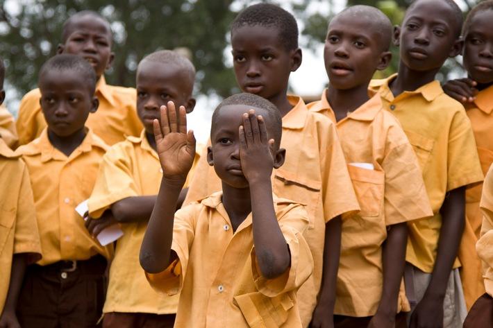 """Sehtests unter freiem Himmel: Ein Schulklasse im Norden Ghanas wird an den Augen untersucht und getestet. Weiterer Text über ots und www.presseportal.ch/de/nr/100007849 / Die Verwendung dieses Bildes ist für redaktionelle Zwecke honorarfrei. Veröffentlichung bitte unter Quellenangabe: """"obs/Schweizerische Zahnärzte-Gesellschaft SSO/© SRK, Hilde Eberhard"""""""