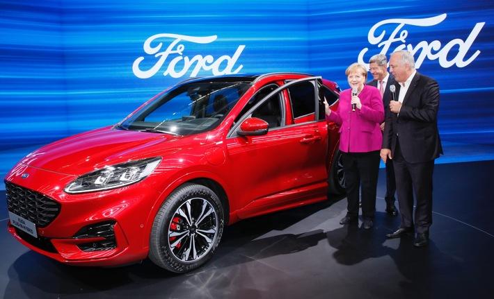 """Bundeskanzlerin Angela Merkel besucht Ford-Stand auf IAA. Weiterer Text über ots und www.presseportal.de/nr/6955 / Die Verwendung dieses Bildes ist für redaktionelle Zwecke honorarfrei. Veröffentlichung bitte unter Quellenangabe: """"obs/Ford-Werke GmbH"""""""