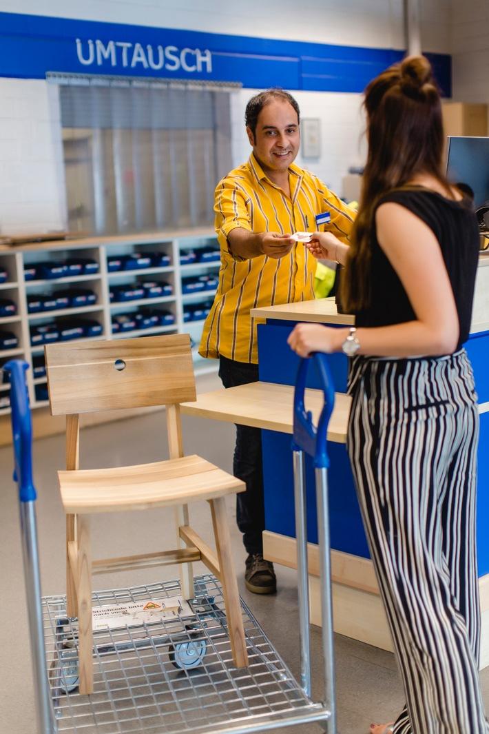 """Zweite Chance für BILLY und Co. / Der Rückkauf der gebrauchten Möbel wird in den Einrichtungshäusern am Rückgabe-Schalter abgewickelt. Weiterer Text über ots und www.presseportal.de/nr/29291 / Die Verwendung dieses Bildes ist für redaktionelle Zwecke honorarfrei. Veröffentlichung bitte unter Quellenangabe: """"obs/Copyright: IKEA Deutschland 2018"""""""