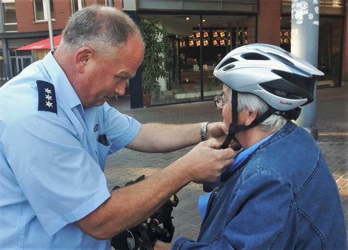 Verkehrssicherheitsberater wie Polizeihauptkommissar Andreas Rudde informieren an den Aktionstagen im Gespräch und geben ganz praktische Tipps.