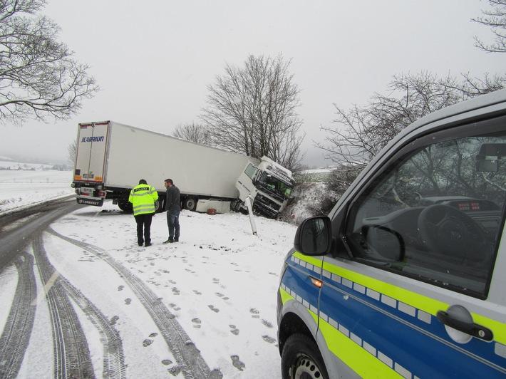 Gesperrte Fahrspur nach Unfall auf winterglatter Fahrbahn