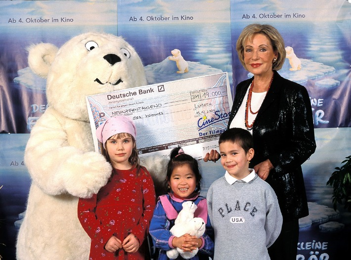 Aus der Hand des »Kleinen Eisbären« nahm Schirmherrin Dagmar Berghoff einen Scheck für das Kinderhilfswerk terre des hommes entgegen. Die 19.000 Mark sind der Erlös des diesjährigen »Kinder-Kino-Tages«, der in den Kinos der Kieft / Cinestar-Gruppe veranstaltet wurde, um Straßenkindern zu helfen.
