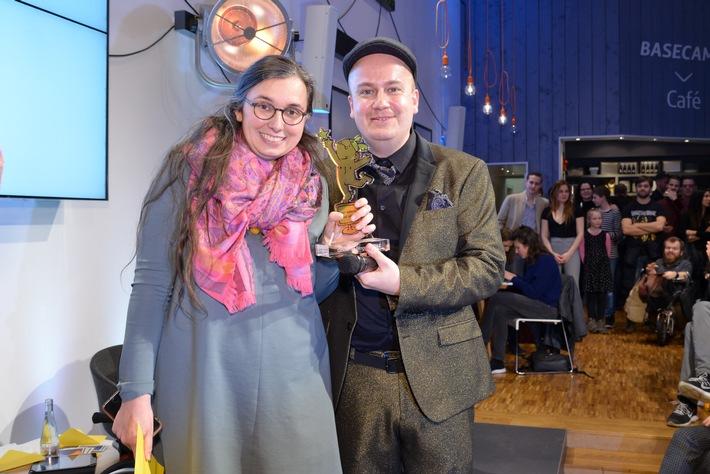 """Den Goldenen Blogger als Bloggerin des Jahres erhielt im vergangenen Jahr Marie Sophie Hingst für ihr Blog """"Read on my dear"""". Überreicht wurde der Preis von Award-Mitgründer Daniel Fiene. Weiterer Text über ots und www.presseportal.de/nr/129069 / Die Verwendung dieses Bildes ist für redaktionelle Zwecke honorarfrei. Veröffentlichung bitte unter Quellenangabe: """"obs/Die Goldenen Blogger/HENRIK ANDREE"""""""