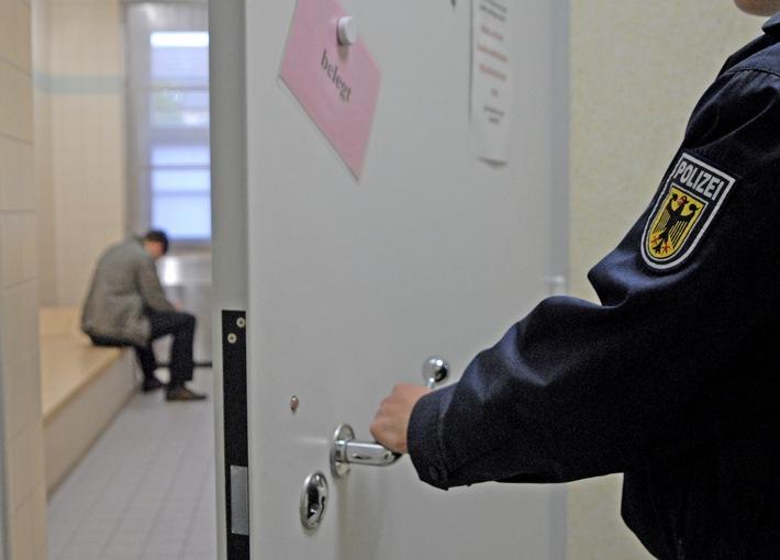 Symbolbild Bundespolizei: Zelle mit Insasse