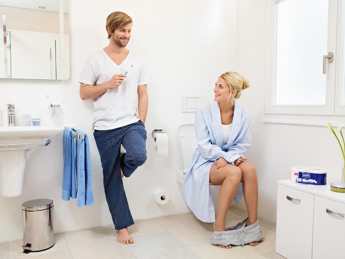 Rothaarige Deutsche fickt auf der Toilette