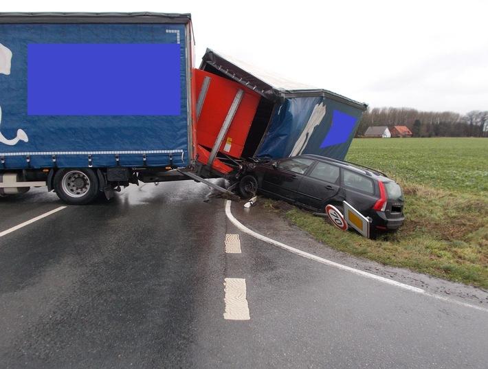 Der Volvo der 18-Jährigen wurde vom Lkw-Gespann in den Graben gedrückt.