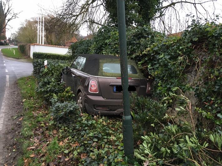 Bild des Verunfallten Pkw in Lüdersburg.