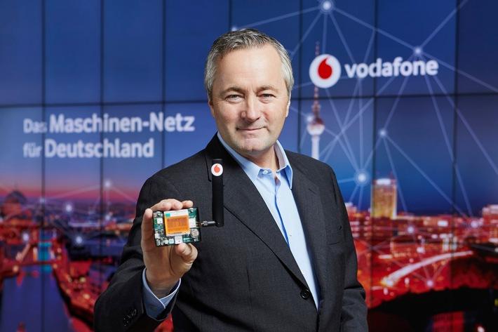 Vodafone CEO Hannes Ametsreiter mit einem Multi-Sensor für das Maschinen-Netz. Dieser bringt Gegenstände und Maschinen in das Internet der Dinge. © Vodafone