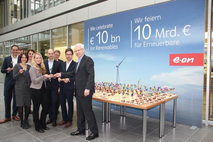 """Michael Lewis (rechts), CEO von E.ON Climate & Renewables, verteilt Kuchen mit Motiven aus dem Bereich Erneuerbarer Energien an Mitarbeiter am E.ON-Campus in Essen.  Weiterer Text über ots und www.presseportal.de/nr/109984 / Die Verwendung dieses Bildes ist für redaktionelle Zwecke honorarfrei. Veröffentlichung bitte unter Quellenangabe: """"obs/E.ON Energie Deutschland GmbH"""""""