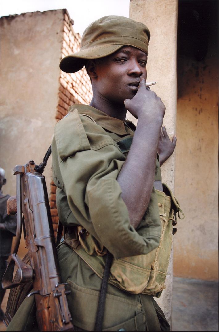 """Ugandischer Kindersoldat im Flüchtlingslager Paloga nahe der sudanesischen Grenze. Das Motiv stammt aus der nominierten Foto-Reportage """"Die Frau, die Kindersoldaten Frieden gibt"""" von Frank Schultze. Das Foto kann mit Nennung Kindernothilfe und korrektem Copyright """"Frank Schultze"""" kostenfrei abgedruckt werden. Die Verwendung dieses Bildes ist für redaktionelle Zwecke honorarfrei. Abdruck bitte unter Quellenangabe: """"obs/Kindernothilfe """""""