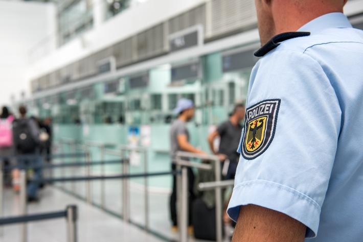 """Bundespolizisten am Münchner Flughafen kontrollieren die Reisedokumente von durchschnittlich 44.000 Fluggästen am Tag. Dabei decken die Beamten täglich gut zwanzig grenzbezogene Straftaten auf und kitzeln meist auch aus dem beharrlichsten Lügner die Wahrheit heraus.  Das anhängende Symbolbild kann mit dem Zusatz """"Bundespolizei"""" zur Berichterstattung über den o.a. Vorfall verwendet werden."""