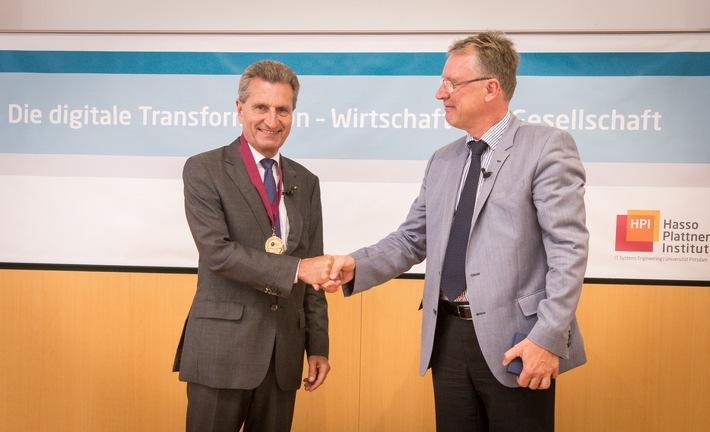 Sofortige Erkennung komplexer Cyber-Angriffe: EU-Digitalkommissar Oettinger bekommt am Hasso-Plattner-Institut neues System gezeigt