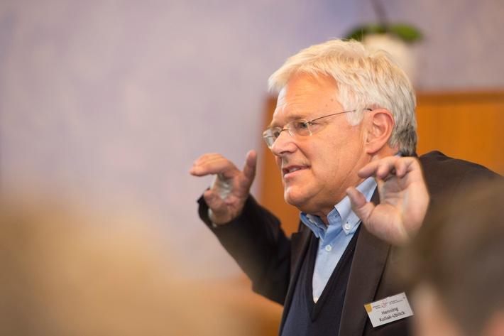 """Henning Kullak-Ublick, Vorstandssprecher beim Bund der Freien Waldorfschulen, gibt einen Workshop zu """"Krisenstrategien für Schulen"""", damit sie im Notfall richtig reagieren können."""
