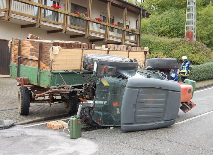 """Der Traktor wurde durch seinen Anhänger """"ausgehebelt"""" und kippte zur Seite um."""