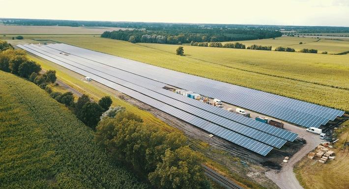 Der E.ON Solarpark Hassel im Landkreis Stendal (Sachsen-Anhalt) mit einer Leistung von 7,8 Megawattpeak erzeugt genug Strom, um damit rund 2.500 Haushalte komplett mit Energie zu versorgen. Weiterer Text über ots und www.presseportal.de/nr/109984 / Die Verwendung dieses Bildes ist für redaktionelle Zwecke honorarfrei. Veröffentlichung bitte unter Quellenangabe: 'obs/E.ON Energie Deutschland GmbH'