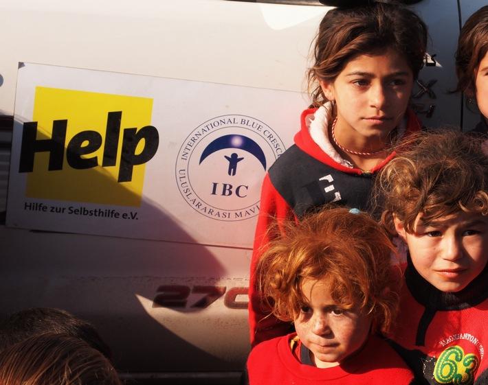 """Seit Beginn der Flüchtlingskrise im August 2014 unterstützt die Hilfsorganisation """"Help - Hilfe zur Selbsthilfe"""" die Menschnen im Nord-Irak. In der Region Dohuk, Zakho und Erbil versorgt Help Inlandsflüchtlinge mit dem Nötigsten: Lebensmittel sowie warmer Kleidung und Decken für die kalten Wintermonate. Mit der Offensive auf Mossul, bereitet sich Help auf neue Vertriebene vor und lagert Hilfspakete zur Verteilung ein. Weiterer Text über ots und www.presseportal.de/nr/15739 / Die Verwendung dieses Bildes ist für redaktionelle Zwecke honorarfrei. Veröffentlichung bitte unter Quellenangabe: """"obs/Help/IBC"""""""
