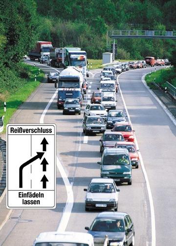 """Kraftfahrer müssen bei Fahrbahnverengungen gemäß der Straßenverkehrsordnung bis zur Engstelle vorfahren und dürfen erst unmittelbar davor einfädeln. Nach wie vor halten sich viele Autofahrer nicht an diese Regelung, so der Deutsche Verkehrssicherheitsrat (DVR). Weiterer Text über ots. Die Verwendung dieses Bildes ist für redaktionelle Zwecke honorarfrei. Abdruck bitte unter Quellenangabe: """"obs/DVR"""""""