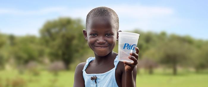 """Zum World Water Day 2018 setzen sich Procter & Gamble und METRO  gemeinsam gegen die weltweite Wasserkrise ein. P&G unterstützt im Rahmen seines globalen """"Children's Safe Drinking Water""""-Programms weiterhin die METRO Wasserinitiative / Weiterer Text über ots und www.presseportal.de/nr/13483 / Die Verwendung dieses Bildes ist für redaktionelle Zwecke honorarfrei. Veröffentlichung bitte unter Quellenangabe: """"obs/Procter & Gamble Germany GmbH & Co Operations oHG"""""""