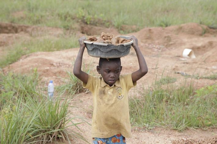 Kinderarbeiter in Sambia trät Steine. (Quelle: Kindernothilfe)