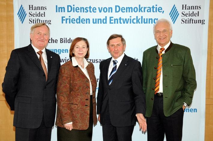 """Von links nach rechts: Dr. Hans Zehetmair, Prof. Ursula Männle, Alois Glück und der Bayerische Ministerpräsident Dr. Edmund Stoiber. Die Verwendung dieses Bildes ist für redaktionelle Zwecke honorarfrei. Abdruck bitte unter Quellenangabe: """"obs/Hanns-Seidel-Stiftung"""""""