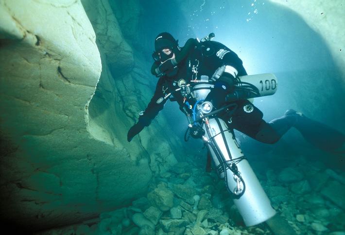 """Jens Höner beim Höhlentauchen in der Höhle """"Goul du Pont"""" in Ardeche / Frankreich   Foto: Andreas Hilsenbeck, Deutsche Marine"""