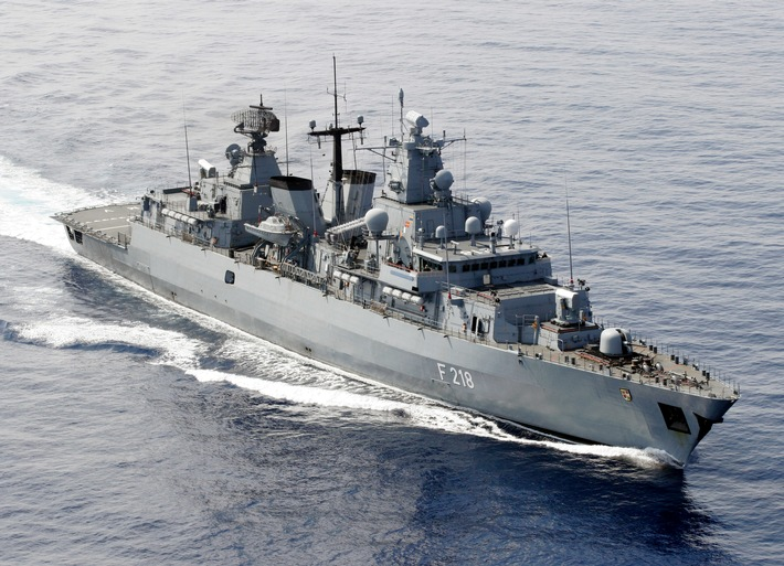 """Fahnenbandverleihung an die Fregatte """"Mecklenburg-Vorpommern"""""""