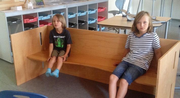 Die mulitfunktionalen Sitzmöbel haben die Kinder mitentworfen und gebaut. Foto: Josef Köhler