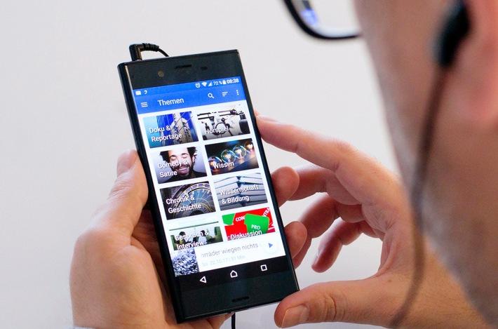 """Ein Jahr ARD Audiothek: Die Smartphone-App wurde innerhalb eines Jahres mehr als 510.000 Mal installiert.  © SWR/WDR/Annika Fußwinkel, honorarfrei - Verwendung gemäß der AGB im Rahmen einer engen, unternehmensbezogenen Berichterstattung im SWR-Zusammenhang bei Nennung: """"Bild: SWR/WDR/Annika Fußwinkel"""" (S1+). SWR Presse/Bildkommunikation, Tel. 07221/929-24429, foto@swr.de. Weiterer Text über ots und www.presseportal.de/nr/7169 / Die Verwendung dieses Bildes ist für redaktionelle Zwecke honorarfrei. Veröffentlichung bitte unter Quellenangabe: """"obs/SWR - Südwestrundfunk/Annika Fußwinkel"""""""