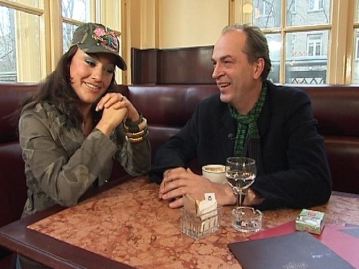 Miriam Pielhau und Herbert Knaup im Gespräch. Nutzung honorarfrei bei redaktioneller Nennung von Tele 5.