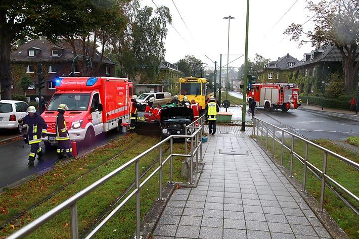 Verkehrsunfall mit Straßenbahn und Kleinwagen in Essen-Margarethenhöhe, Kreuzung komplett gesperrt. Foto: Mike Filzen