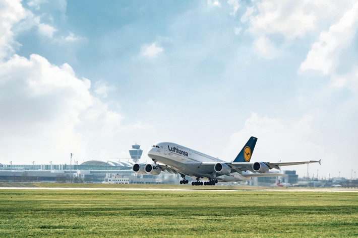 """Münchner Flughafen gewinnt Schubkraft durch Stationierung des Lufthansa-Airbus A380. Start einer neuen Ära: Mit der Stationierung von fünf Flugzeugen vom Typ Airbus A380 durch die Deutsche Lufthansa AG beginnt für den Flughafen ein neues Kapitel. Nach London, Paris und Frankfurt ist das süddeutsche Luftverkehrsdrehkreuz erst der vierte europäische Großflughafen, an dem das größte Passagierflugzeug der Welt stationiert ist. Der Wechsel vom Airbus A340 zum besonders leisen Airbus A380 auf den Lufthansastrecken nach Peking, Hongkong und Los Angeles ist ein echter Quantensprung: Mit jedem Flug können mehr als 500 Reisende befördert werden. Das sind rund 200 Fluggäste mehr als beim Airbus A340, der bisher auf diesen Strecken zum Einsatz kam. Konsequenterweise verstärkt Lufthansa im Zuge der Stationierung der A380 auch ihr Netzwerk an Zubringerflügen, indem sie fünf weitere Flugzeuge für den Kurz- und Mittelstreckenverkehr von und nach München bereitstellt. Weiterer Text über ots und www.presseportal.de/nr/13569 / Die Verwendung dieses Bildes ist für redaktionelle Zwecke honorarfrei. Veröffentlichung bitte unter Quellenangabe: """"obs/Flughafen München GmbH/Alex Tino Friedel ATF Pictures"""""""
