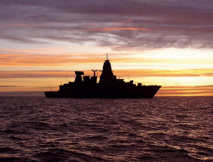"""Deutsche Marine - Bild der Woche: Fregatte """"Hessen"""" im Abendrot"""