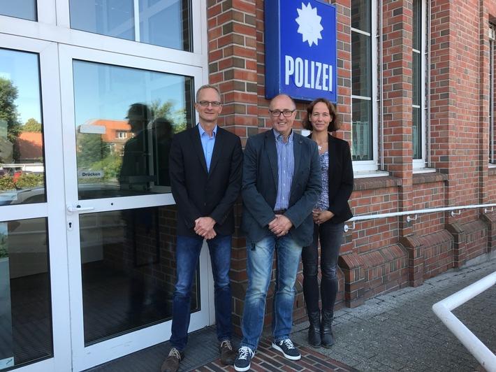 BU: Friedrich Kumler (Mitte) übergab die Leitung des 2. Fachkommissariats der Polizeiinspektion Aurich/Wittmund im Beisein von Anke Arkenau, Leiterin Zentraler Kriminaldienst, an Andreas Jacobs (links).