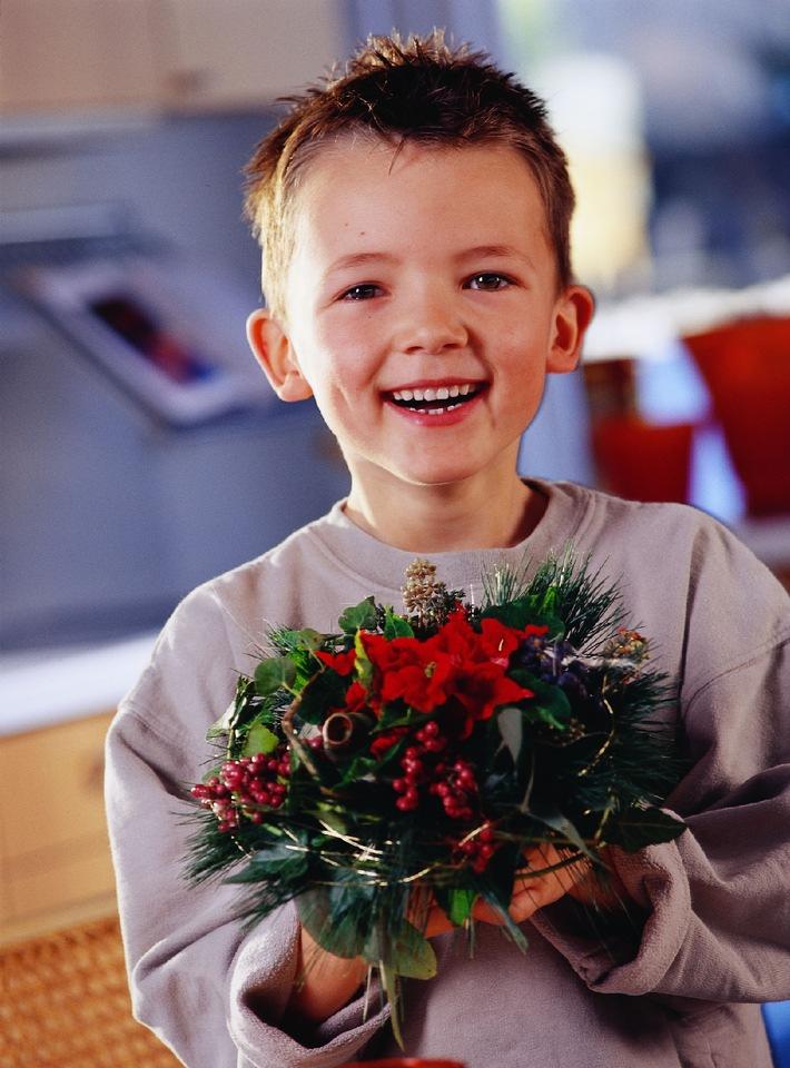 """Geschenke machen glücklich – nicht nur den Beschenkten. Zum """"Poinsettia Day"""" am 12. Dezember, dem Tag des Weihnachtssterns, kann man Gefühle auf schönste Art zum Ausdruck bringen: Nach alter amerikanischer Tradition beschenkt"""