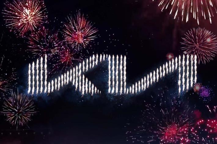 Feuerwerk zur Präsentation des neuen Kia-Logos.jpg / Weiterer Text über ots und www.presseportal.de/nr/33685 / Die Verwendung dieses Bildes ist für redaktionelle Zwecke honorarfrei. Veröffentlichung bitte unter Quellenangabe: