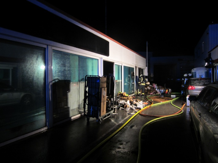 FW-MH: Brand in einem Gewerbebetrieb