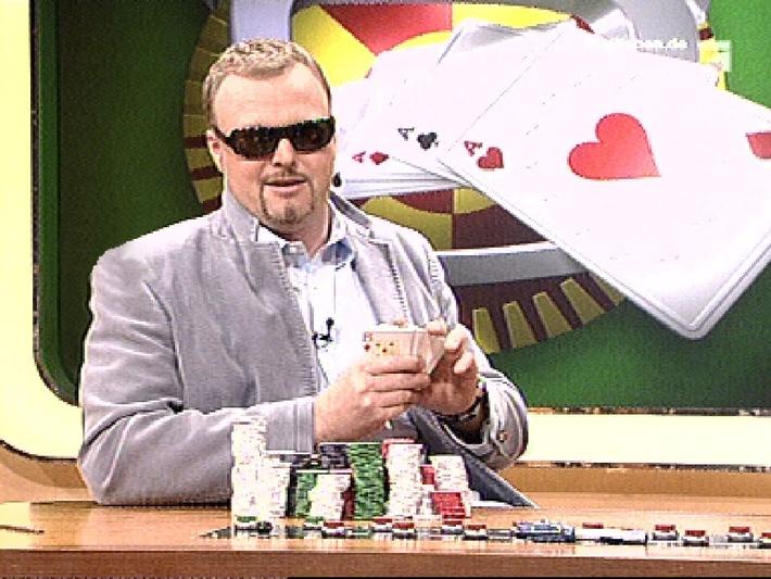 """Stefan Raab zockt - bei """"Die TV total EuroPoker.net Nacht"""", die zweistündige Poker-Show, am Donnerstag, 6. Juli 2006, um 22.05 Uhr auf ProSieben Verwendung des Bildes mit Programmhinweis auf ProSieben honorarfrei bis inklusive Dienstag, 11. Juli 2006."""