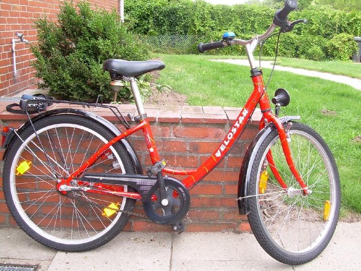 Foto: Polizei (Wem gehört das rote Kinderrad?)